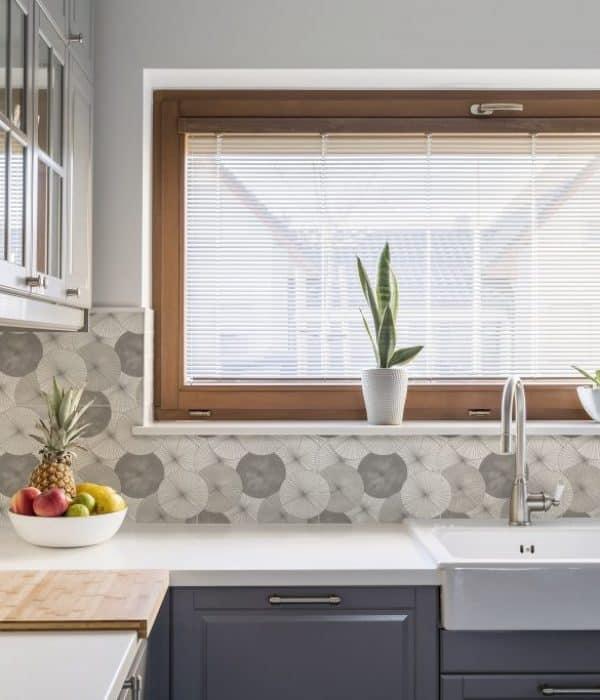 Parasol-Greige-on-Calcario-kitchen-min-1024x683-600x700